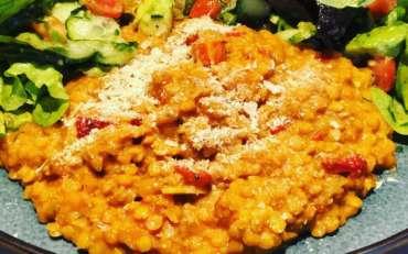 Rote Linsensotto mit gemischtem Salat