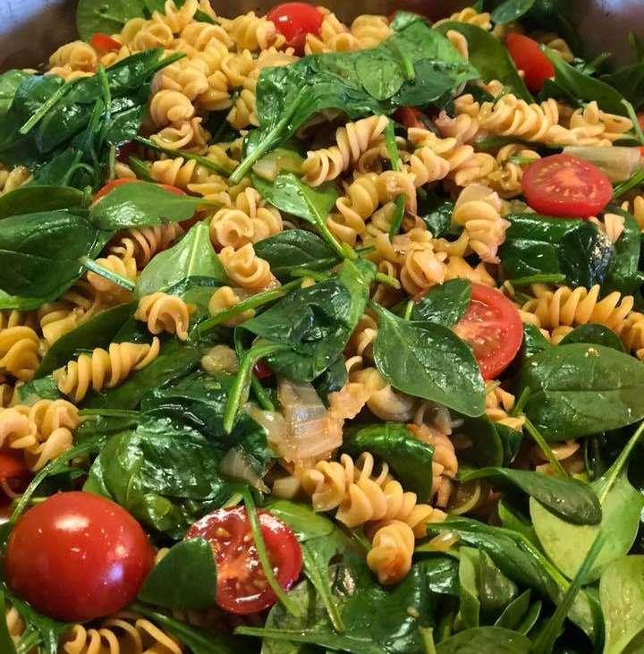 Kichererbsen-Spirelli mit Spinat und Tomate