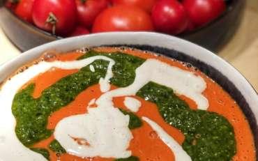 Roh-Tomatensüppchen mit Basilikumpesto